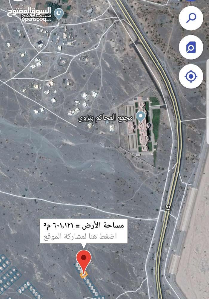 لبيع ارض سكني تجاري اول خط من شارع العام في نزوى السد الجديد مقابل معهد القضاء