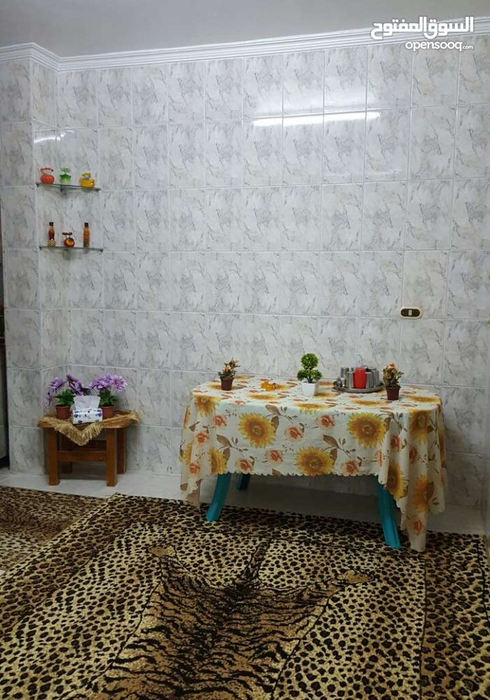 شقة للبيع شبه أرضي مكوناتها 3غرف نوم حمامين صالة وصالون  ومطبخ وحديقة وكراج