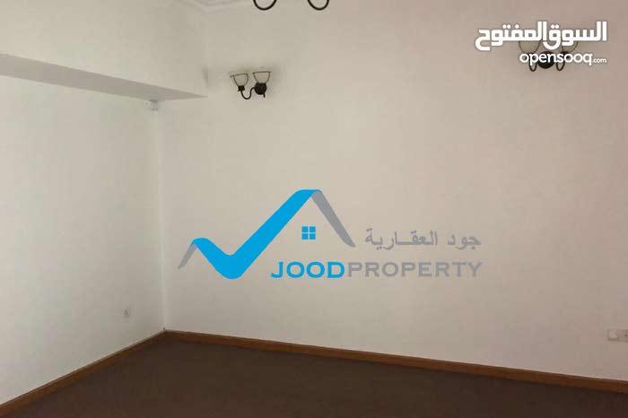 للإيجار شقة تجارية مطلة على الشارع العام