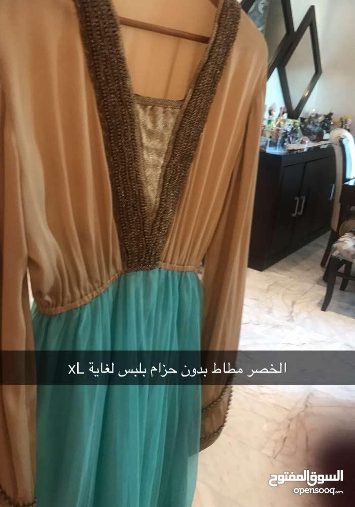 فستان لون مميز فيروزي وذهبي