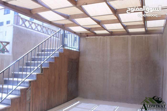شقة طابقية شبة ارضية للبيع في الكرسي مساحة البناء 300م مع ترسات 120م