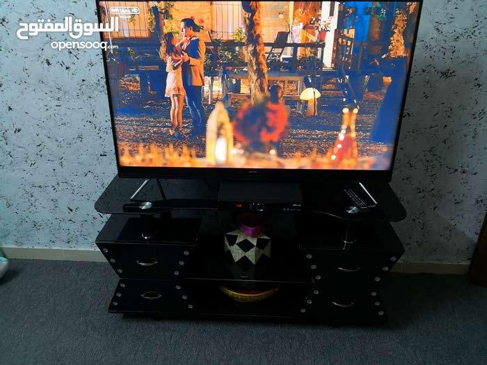 طاولة تلفزيون لون اسود بحاله ممتازه