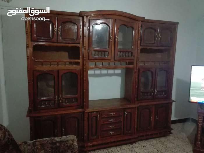 خزانة للصالون في حالة جيدة كبيرة و جميلة