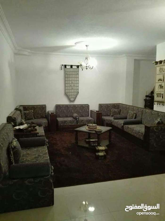 شقة طابق شبه أرضي مساحة 210م للبيع/ الزهور 31