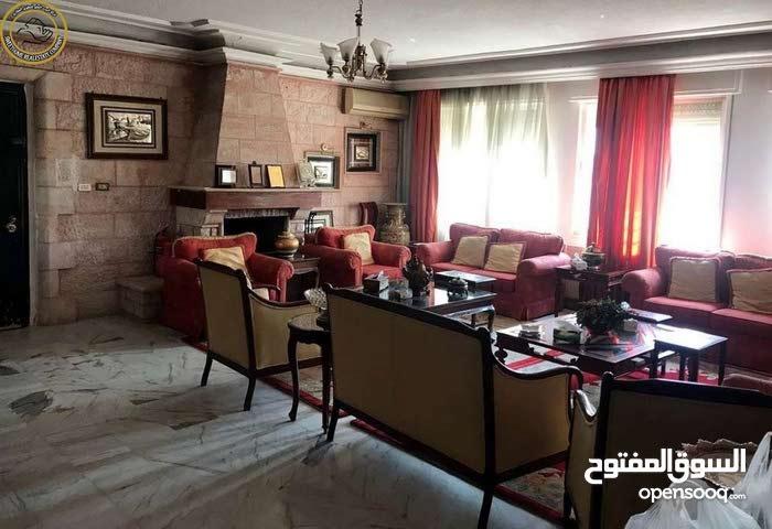 شقة مميزة للبيع في ام السماق طابق ثالث 230م