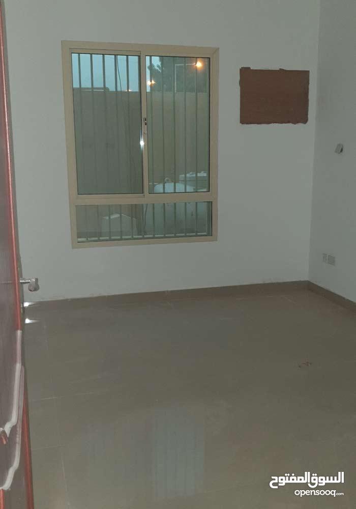 مدينة حمد  دوار 13 شقتين كل شقة 3غرف وحمامين وصالة ومطبخ وبارك لسيارة