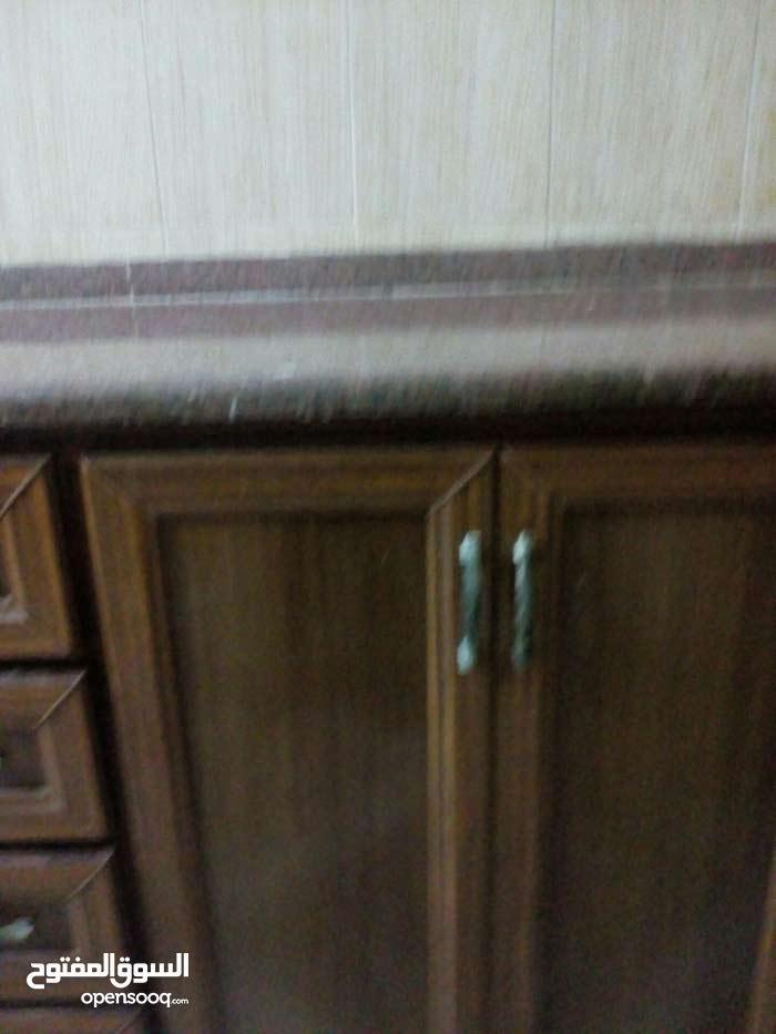 مطبخ حرف ال لون بني فايبر مع جراتنيت 3 متر للبيع بسبب تغيبر ديكور المنزل