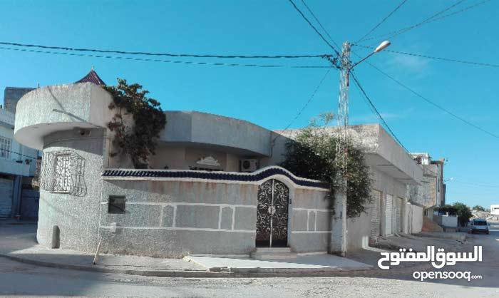 Villa 270m2 a trois façades principaux avec trois locaux commerciaux a coté station louage sousse