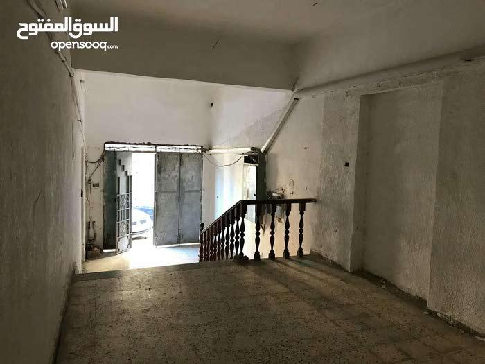 عماره متكونه من اربع طوابق ومساحت الارض 750 مكان العماره الضهره خلف مت الحفلات