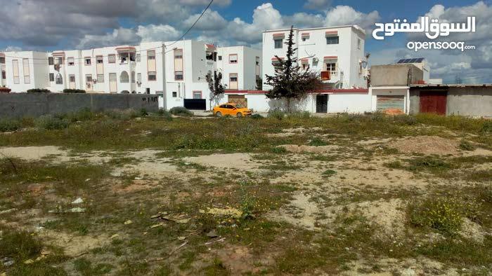 أرض مسجلة و مقسمة مهيئة للسكن تضم مساحة : 300م²