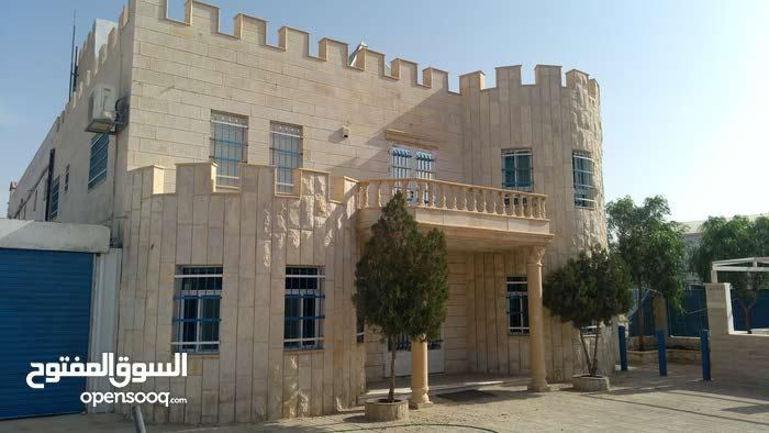 شركة مميزة للايجار فيها مبنى مكاتب + مخازن و مستودعات مع ساحة 4دنم في شارع رئيسي