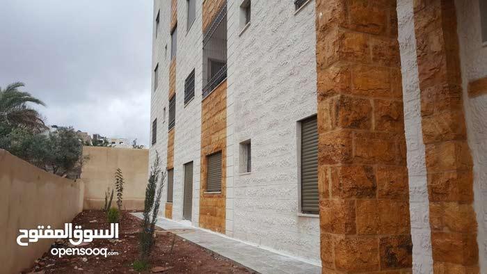 شقة أرضية للبيع تبعد عن طريق المطار 400م في منطقة ضاحية الأمير علي