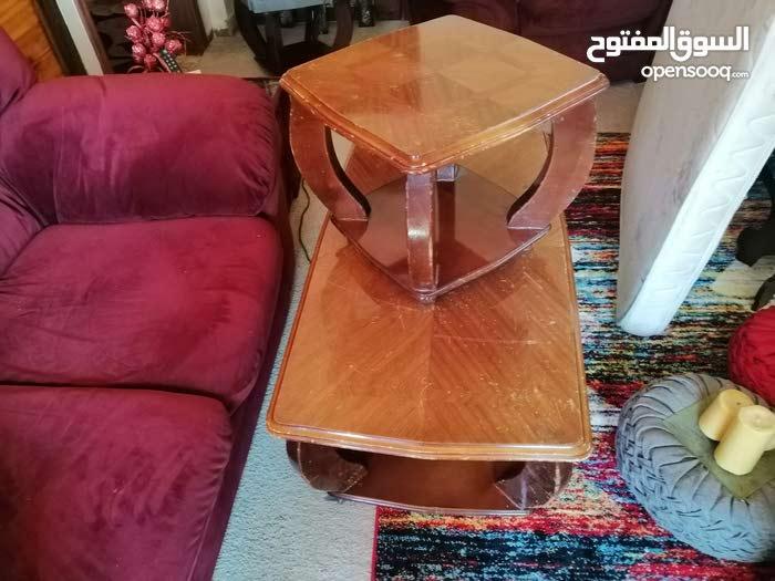 طاولات و تلفزيون للبيع بسعر مغري