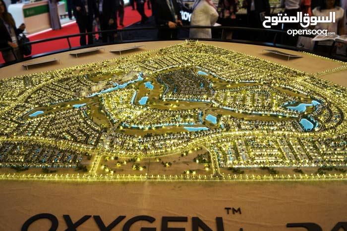 فيلا فى اكبر مجمع سكني في دبي تتطل عل ارض جولف
