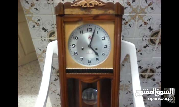 ساعة حائطية قديمة جدا