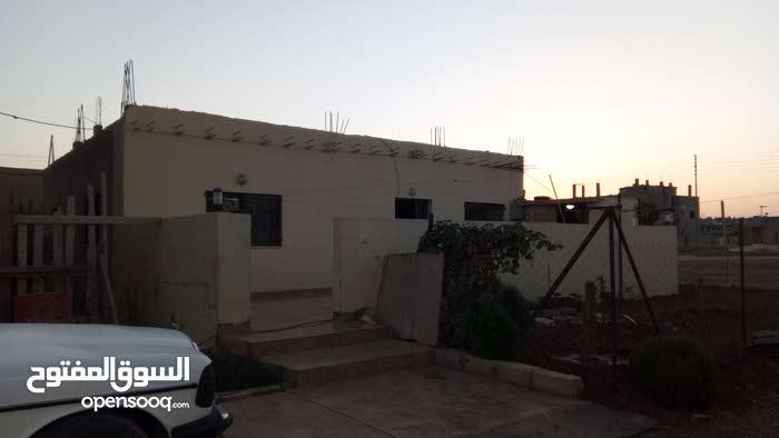 مادبا.حي الجزيره قرب مدارس ال البيت ثلاث شقق على ارض مساحه 600 م مربع