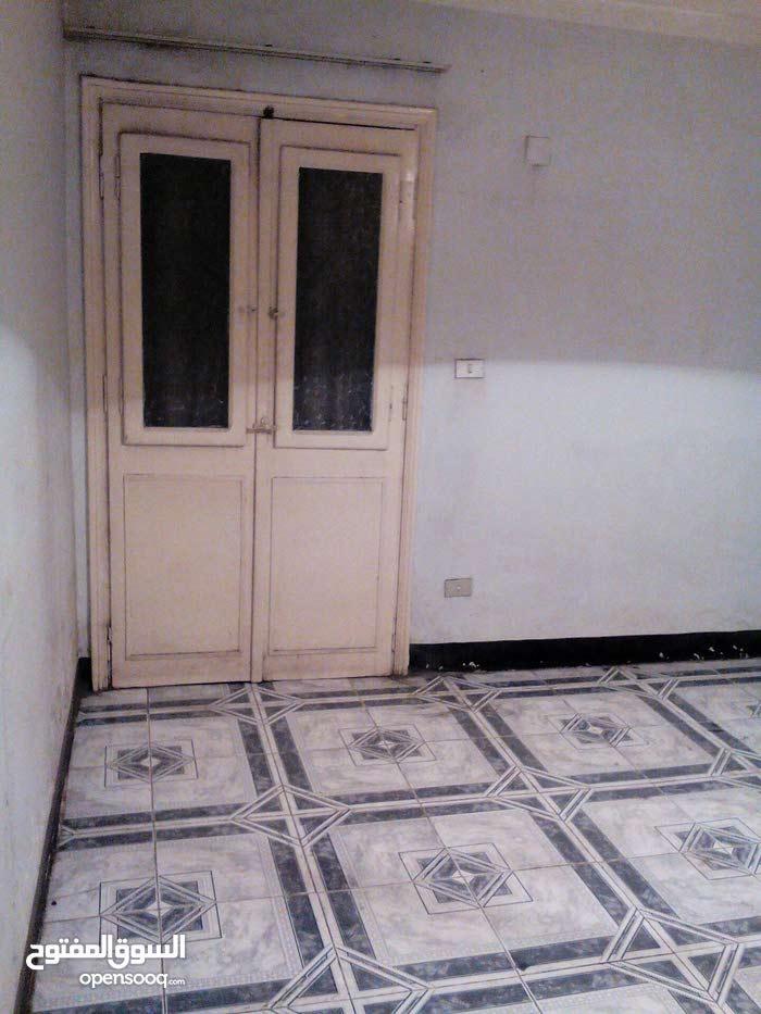 شقة 135 م خلف المحكمة الدستورية العليا 3 ريسيبشن 2 نوم 1 حمام اول مرتفع تصلح سكن