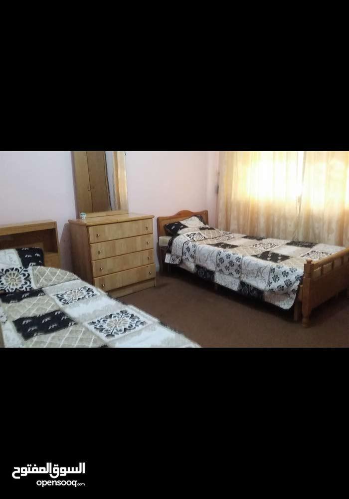 شقة مفروشة للايجار 3 غرف بالجبيهة مقابل الشرطة السياحية