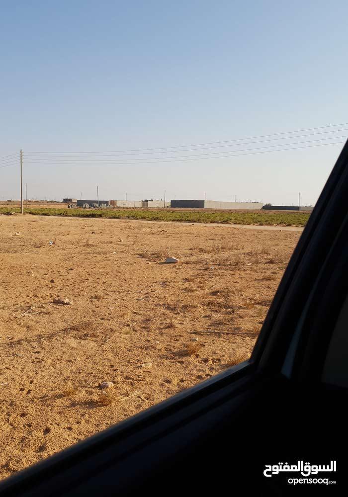 بالقرب من مخيم الحديد ويبعد عن مصنع النسيم   2ك*م