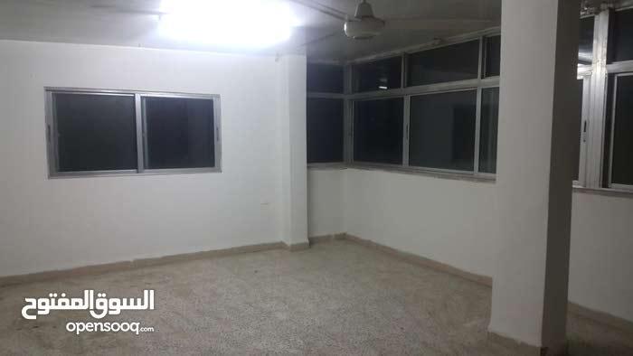 شقة كبيرة في حي رمزي للايجار