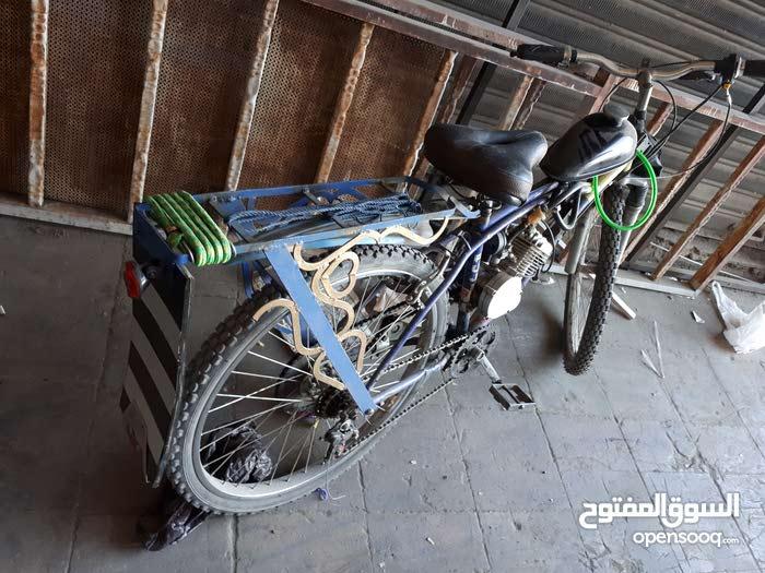 دراجة هوائية  راكب متور بنزين عليها