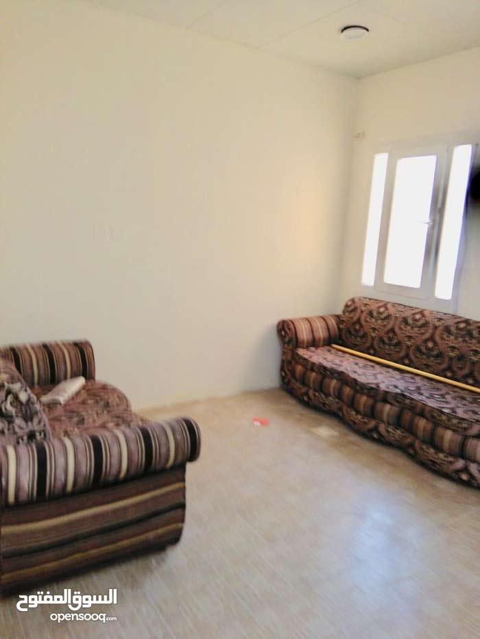 شقة كبيرة غرفة وصالة وحمام ومطبخ للايجار بعين خالد بسعر مميز