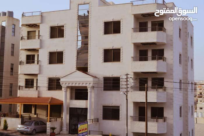 شقة للبيع في_ منطقة الزرقاء _ مساحة 130 متر(  طابق ثالث ) تشطيبات رائعة