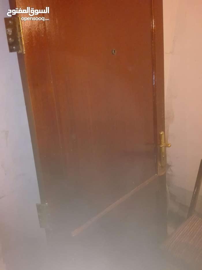 باب خشب ثقيل مع كامل اغراضه للبيع 150 دينار