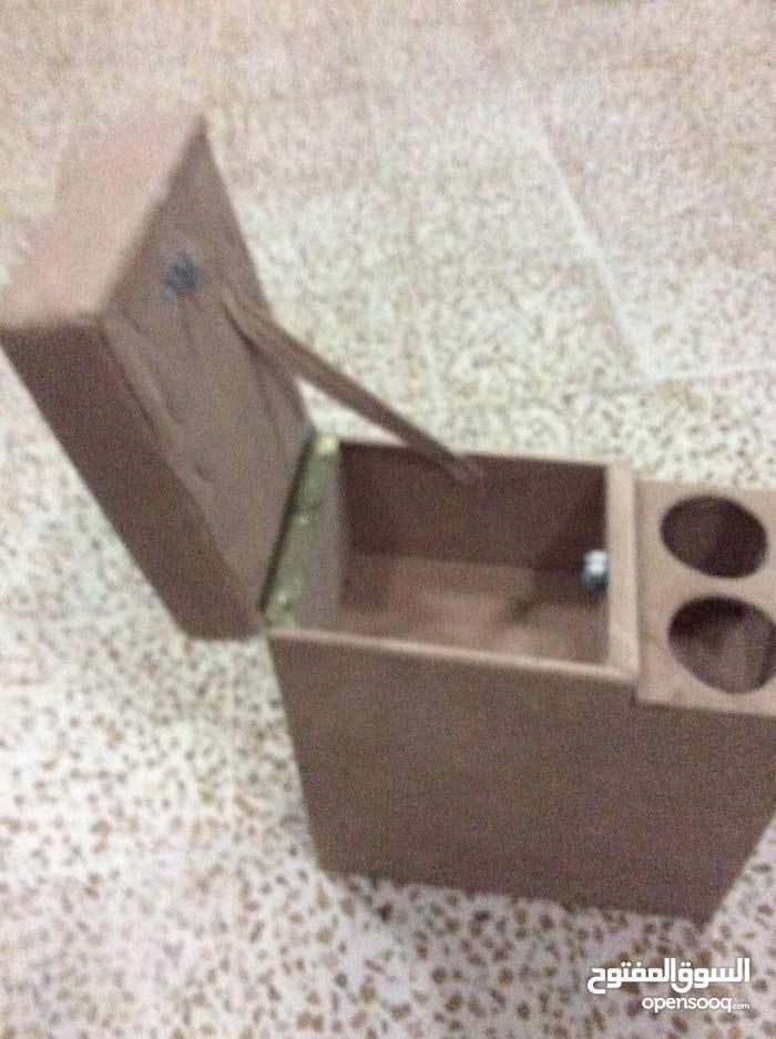 مسند مع صندوق لحفظ الأشياء ومكان لأكياس الشاي
