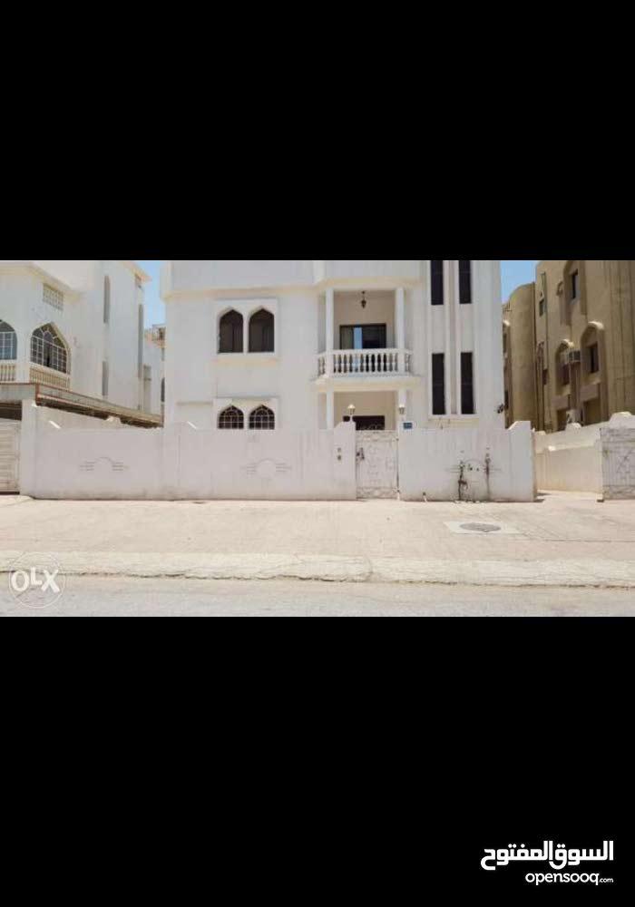 شقة للعائلات في الطابق العلوي الأول بالخوير 33 قريب مسجد سعيد بن تيمور مكونة من