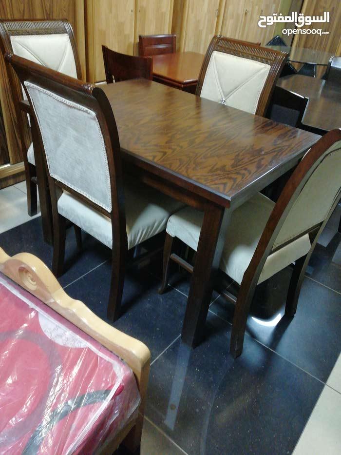 طاولة مع 4 كراسي منجد الظهر