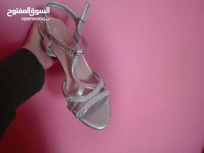 حذاء جميل في حالة ممتازة جدا وتفاصيل أنيقة