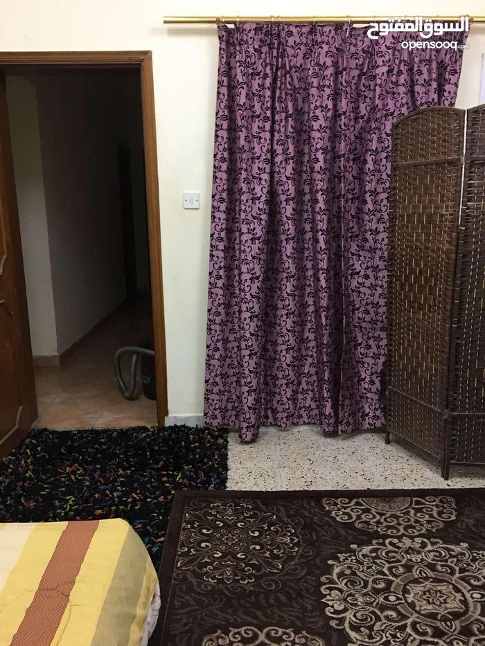 غرفه للايجار شامله الكهرباء والماء والنت للايجار الشهري ب 1800 ريال بالمنصوره بجوار الرغيف الساخن