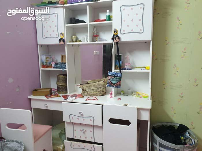 غرفة نوم اطفال مكونه من دولاب واثنين اسره ومكتبه متكامله بكراسيها