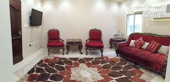 شقة فاخرة مفروشة بعمارة سكنية للايجار الشهري أو اليومي