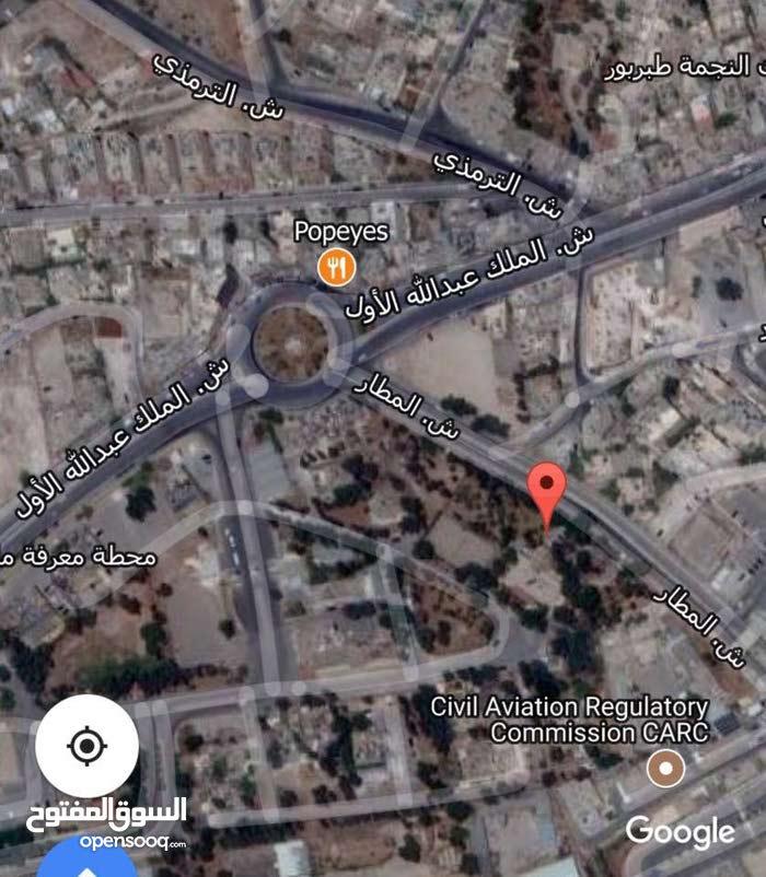 ارض على شارع المطار قرب جامعه البترا مساحة 8 دونمات