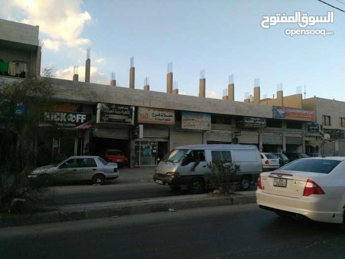 مكون من  8 مخازن  يقع في عين الباشا  شارع البلدية