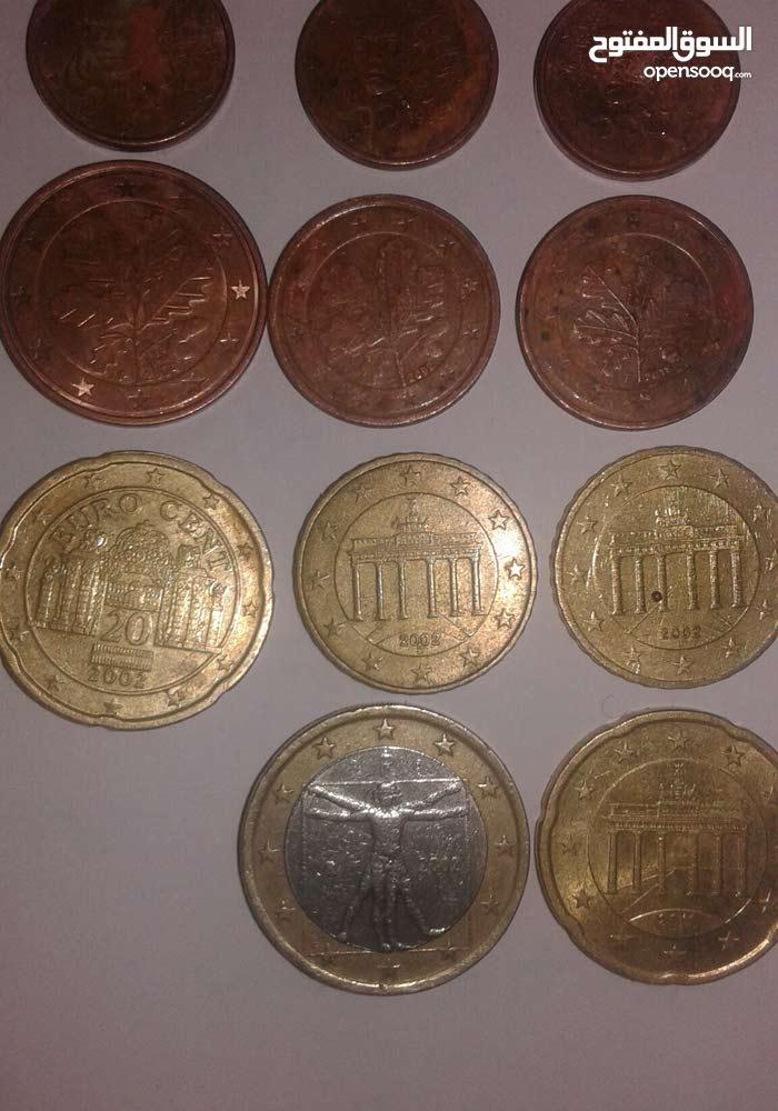 نقود قديمة وساعة الفروج قديمة