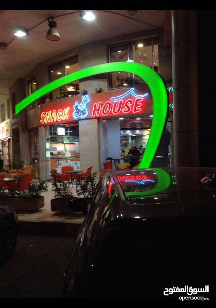 مطعم للبيع على دوار الواحه مباشره  ذو اسم مشهور , سناكات يعمل بشكل ممتاز