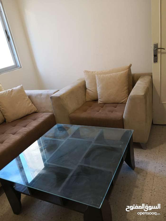 كنب للبيع بسعر 200 دولا ر وطاولة للبيع بسعر 50 دولار مكان التواجد بيروت
