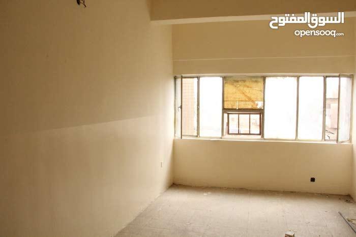 شقة سكنية 180م للبيع / او الايجار في الكرادة