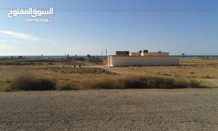 قطعة ارض مساحتها 450مترمربع في منطقة الترية الساحليه بالقرب من الرئيسي ومقابل السوق العام