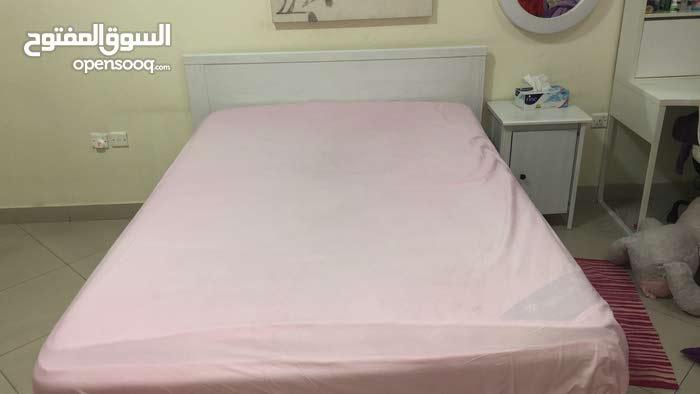 white bedroom  ( غرفة بيضاء )
