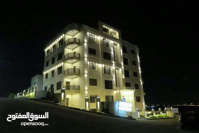 شقة اقساط بتشطيب فندقي على طريق المطار((خلف العالمية)) ومن المالك مباشرة