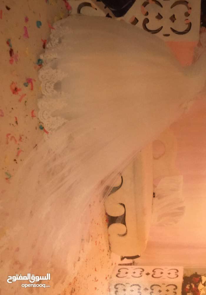 فستان زفاف ناصع البياض
