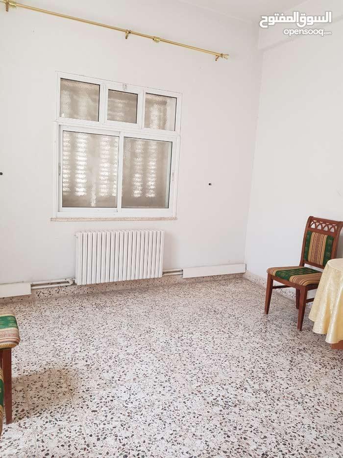 طابق مستقل 3 غرف ومطبخ وبرندتين وصاله كبيره وحمامين