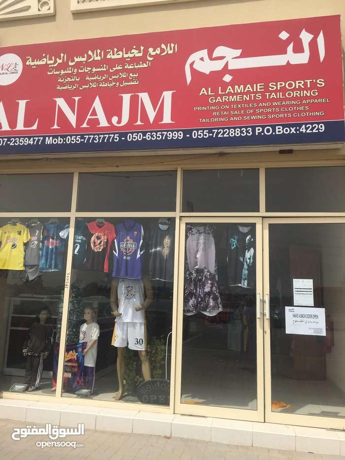 للبيع محل قائم بجميع معداتة وشغال تفصيل ملابس رياضية والطباعة على الملابس وصنع الشالات واليونيفرم