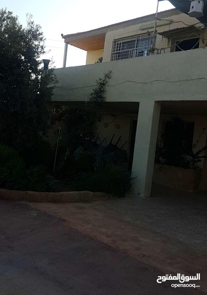مستودع مع منزل طابقين  للبيع بالقسطل حوض 7 الموارس
