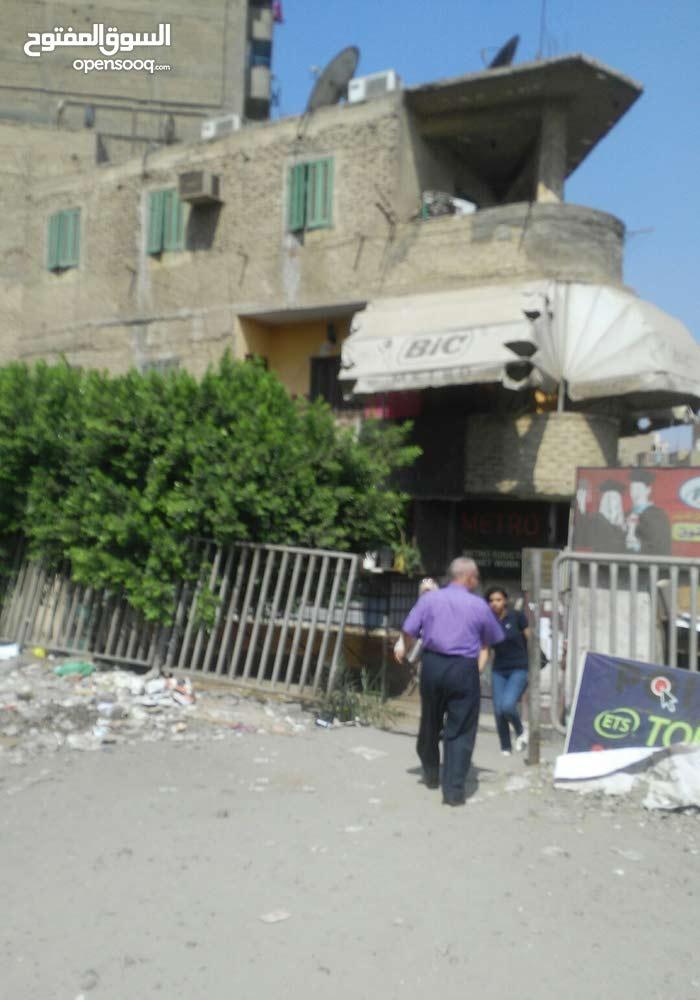 امام جامعة عين شمس منزل للبيع علي شارعين موقع ممتاز يصلح تجارى و سكنى مساحته 170