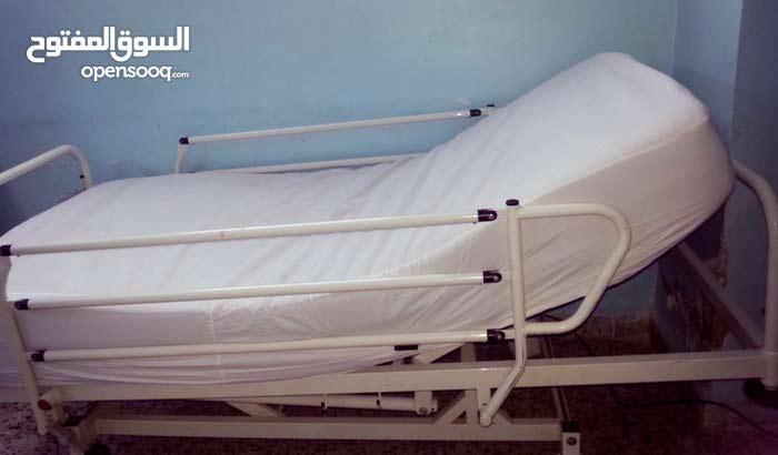 سرير طبي بحالة ممتازة للبيع بسعر مغري